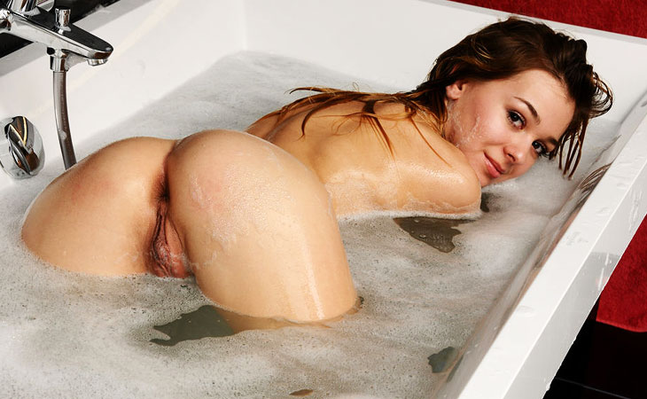 kaleesy-taking-a-bath