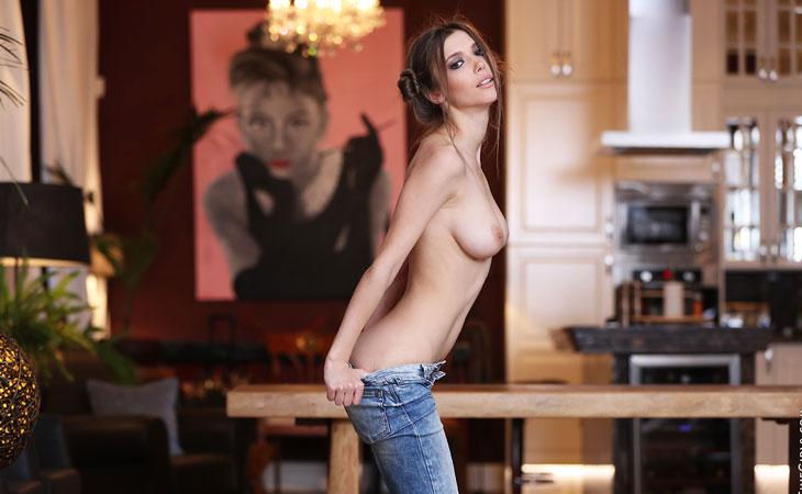 mila-azul-sexy-in-jeans