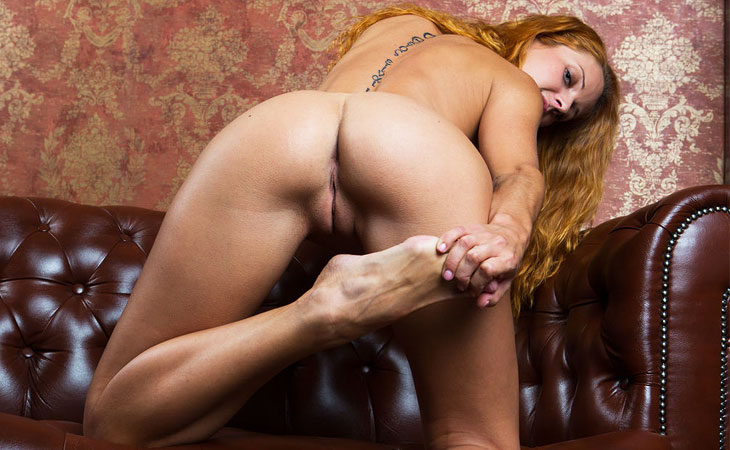 roberta-berti-spreads-naked