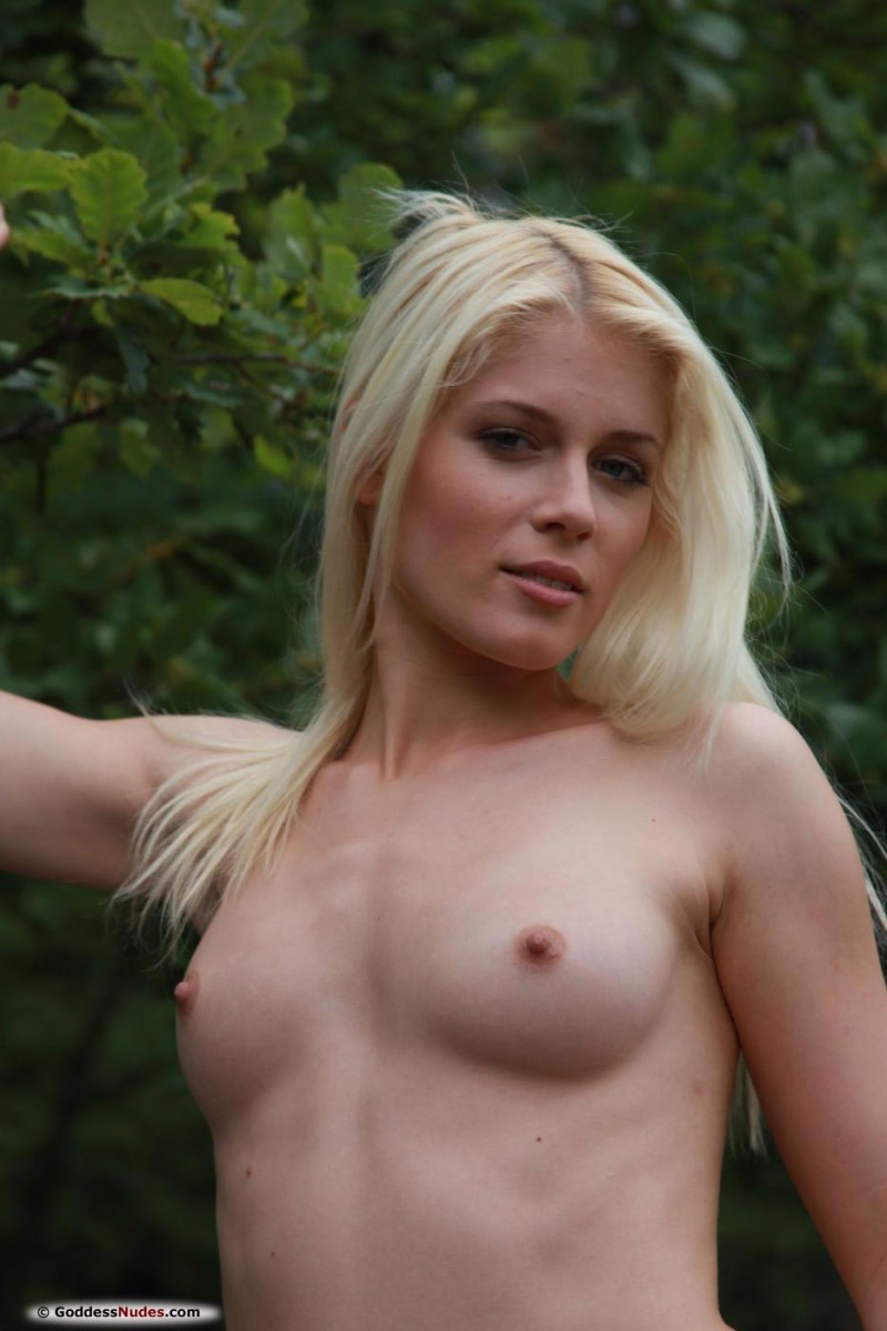 Sandik A Naked in Nature