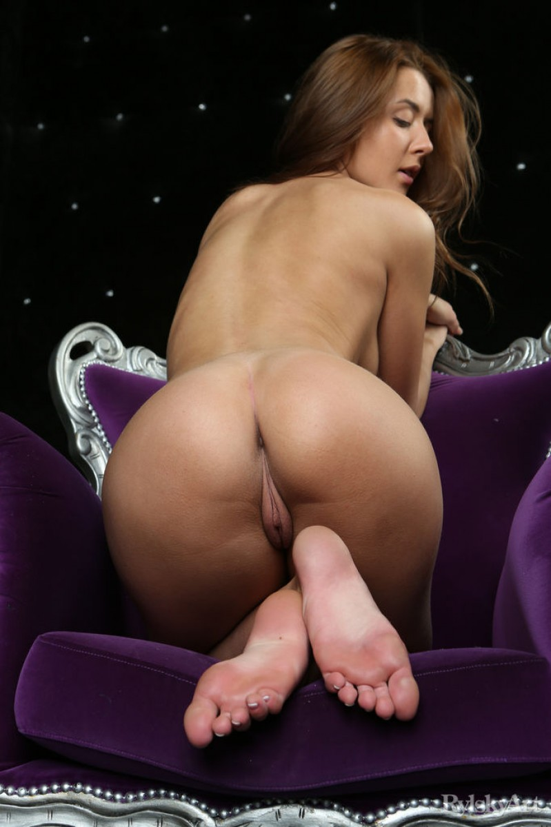 Sybil A Spreads her Pussy